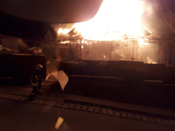 Casă distrusă de flăcări în municipiul Suceava