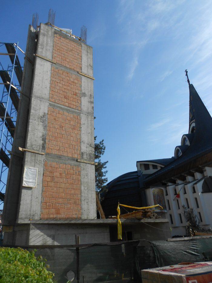 Turnul clopotniță al bisericii din spatele Palatului de Justiție Suceava prinde contur