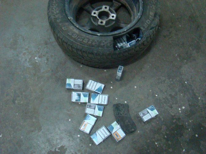 Țigări de contrabandă ascunse în roțile autoturismului, la Vama Siret