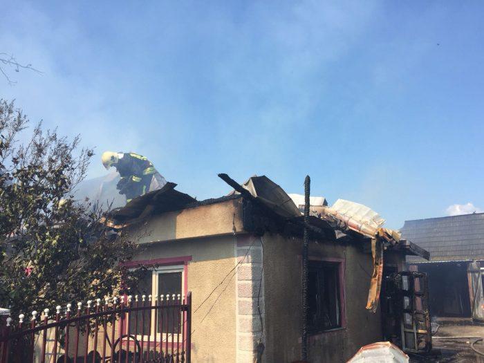 Două case afectate de incendiu la Frăutății Noi.O femeie a suferit atac de panică