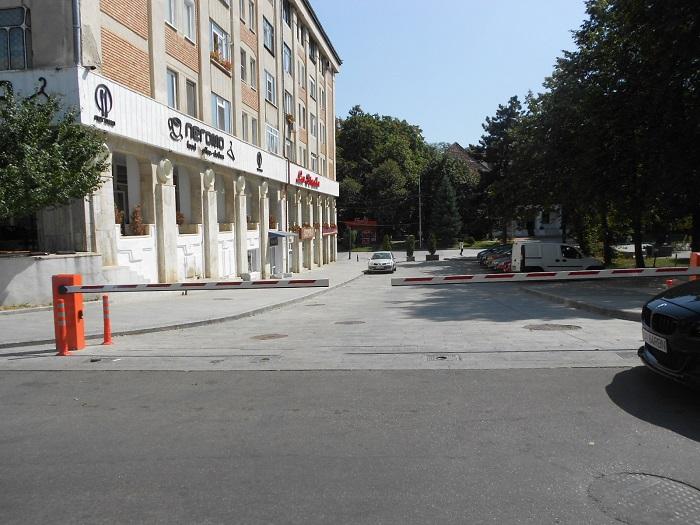 Primăria Suceava vrea să intre în legalitate cu bariera de lângă Palatul Administrativ: va da în administrare două parcări Consiliului Județean și Prefecturii