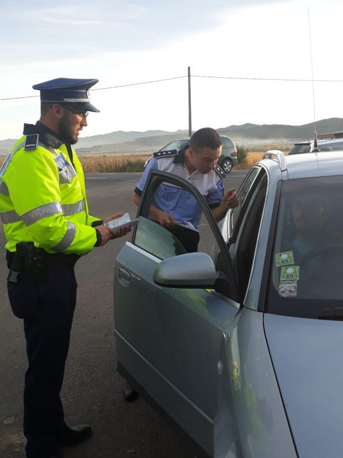 Polițiștii suceveni atrag atenția asupra interzicerii utilizării telefonului la volan.Amenda este de 820 lei