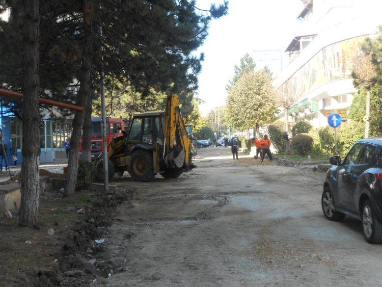 Pe strada Curtea Domnească din Suceava carosabilul din pavele este înlocuit cu asfalt