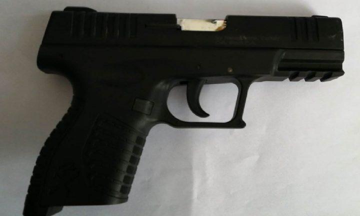 Pistol neletal depistat într-un autoturism transportat pe platformă, la Vama Siret