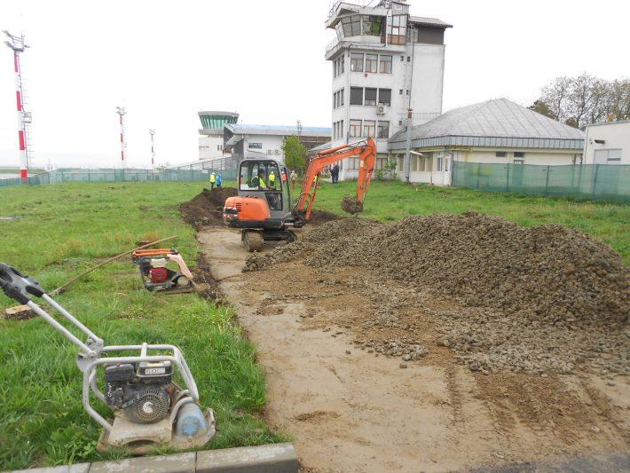 Harababura cablurilor îngropate pe șantierul noului terminal de pasageri al aeroportului Suceava crește valoarea lucrărilor