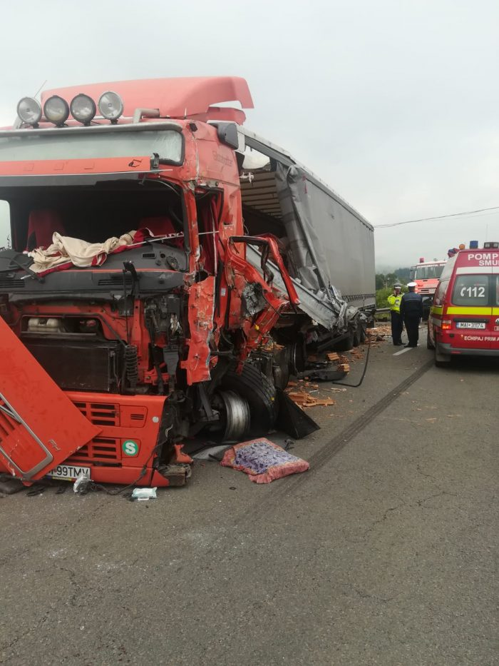 Trei răniți după ce un TIR s-a ciocnit cu un autocamion, la Poiana Stampei