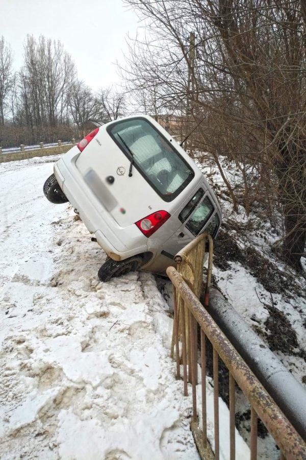 Autoturism cu o persoană în interior în pericol de prăbușire într-un pârâu, la Plopeni
