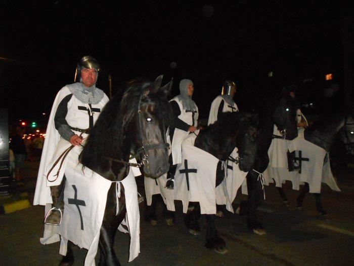 VIDEO / Cel mai mare festival medieval din țară, de la Suceava, a început cu parada cu făclii