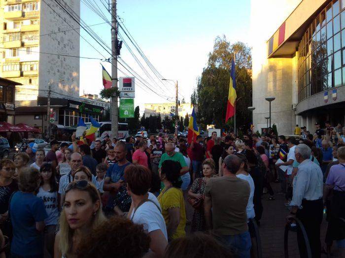 Marș antiguvernamental cu steaguri și vuvuzele la Suceava