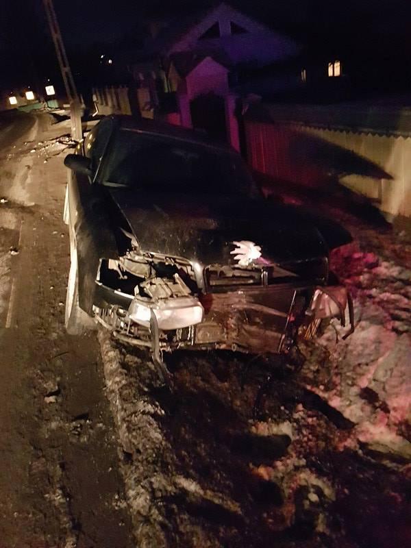 Un șofer din Plopeni a rupt un stâlp de beton