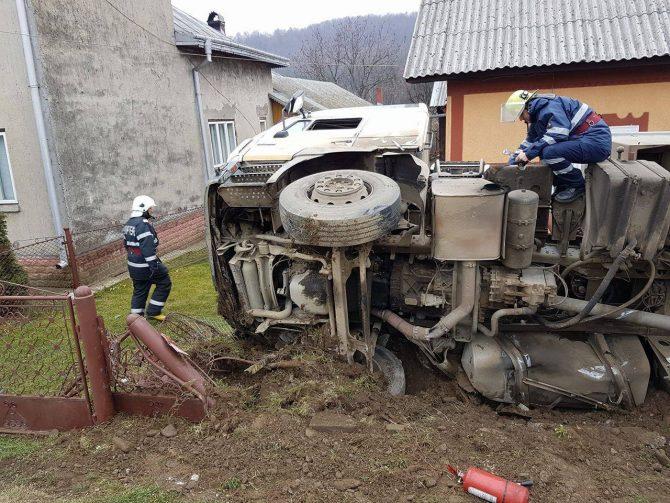 Șofer turc, cu autotrenul răsturnat, la Bălcăuți