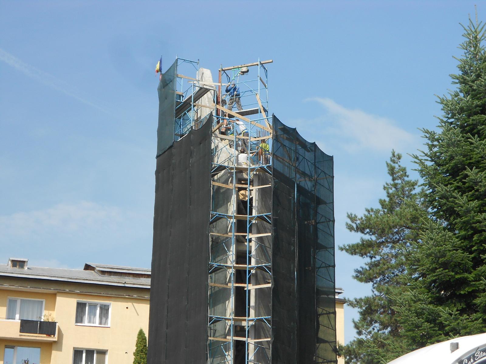 Cruce sfințită pe clopotnița bisericii din spatele Palatului de Justiție Suceava