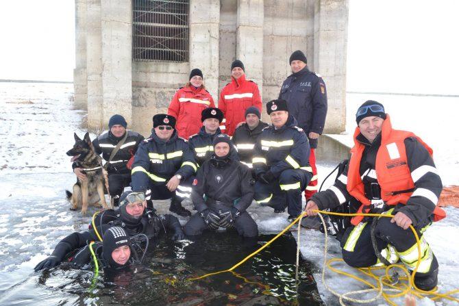 Scafandrii ISU Suceava și câinele Olly, antrenament pe lacul Lipoveni
