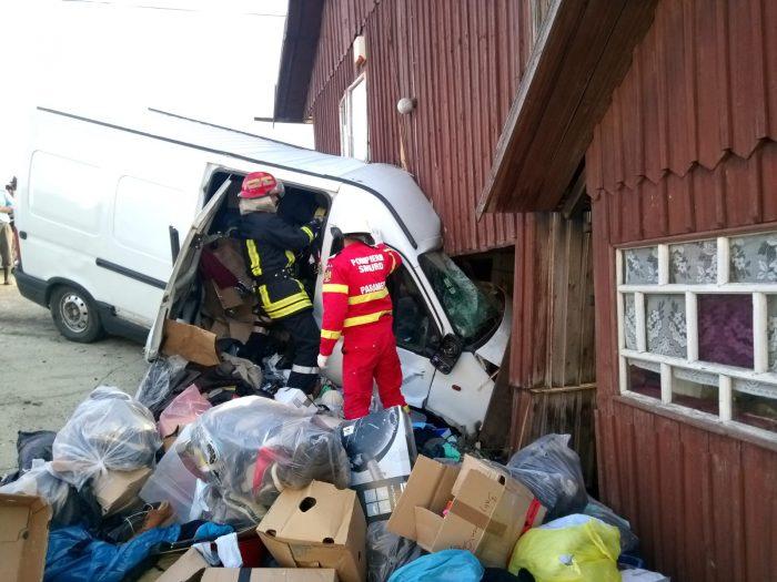 FOTO / Șofer decedat după ce a intrat cu microbuzul într-o casă, la Coșna