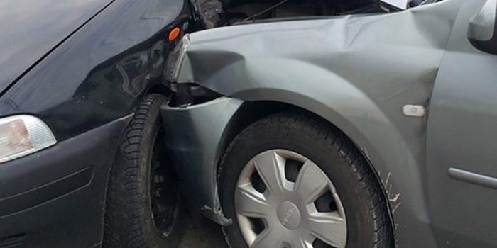 Carambol cu 3 mașini și o șoferiță rănită, la intrarea în municipiul Suceava