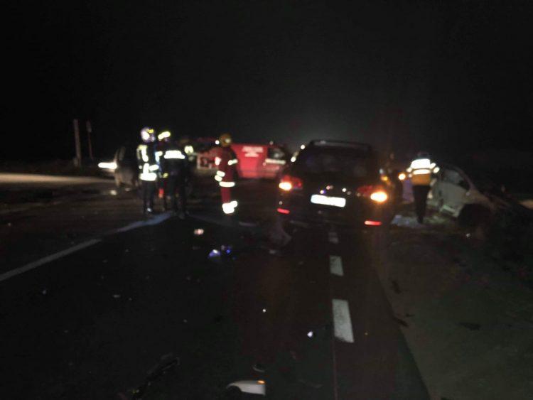 FOTO / Patru răniți și trei autoturisme boțite după un accident la Cumpărătura