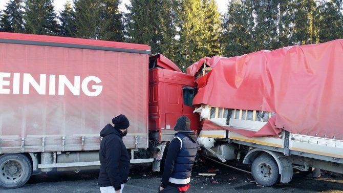 Două tiruri s-au ciocnit în pasul Tihuţa. Unul dintre șoferi a fost transportat cu elicopterul la spital