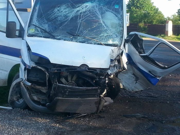 Accident cu 3 răniți și 3 mașini distruse, la Cornu Luncii