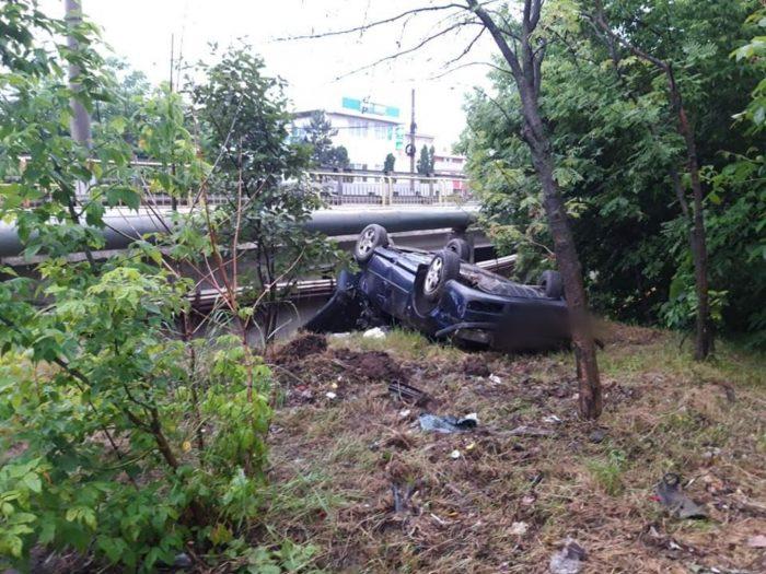 Autoturism răsturnat și doi răniți, la Șcheia