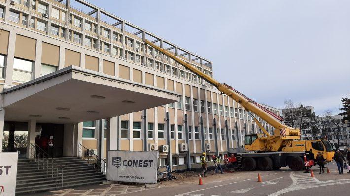 Utilaj de mare tonaj la amenajarea Blocului Operator al Spitalului Județean Suceava