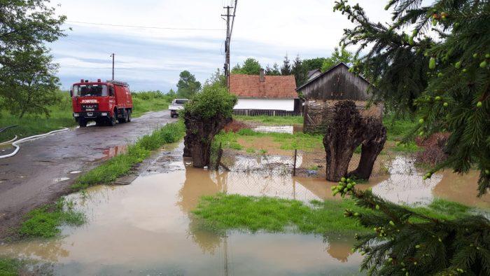 Gospodării inundate la Suceava și Siret