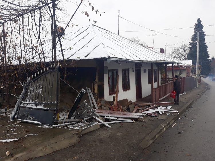 FOTO/Fiul unui preot din Fălticeni s-a izbit cu mașina în casa Ion Creangă
