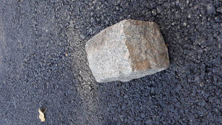 OCHIUL SOACREI: Se fură piatra cubică- primul care dă cu piatra, în curte, este un popă!