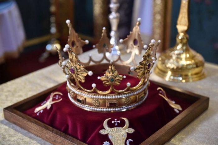 O replică a coroanei lui Ștefan cel Mare, expusă la muzeul mănăstirii Putna