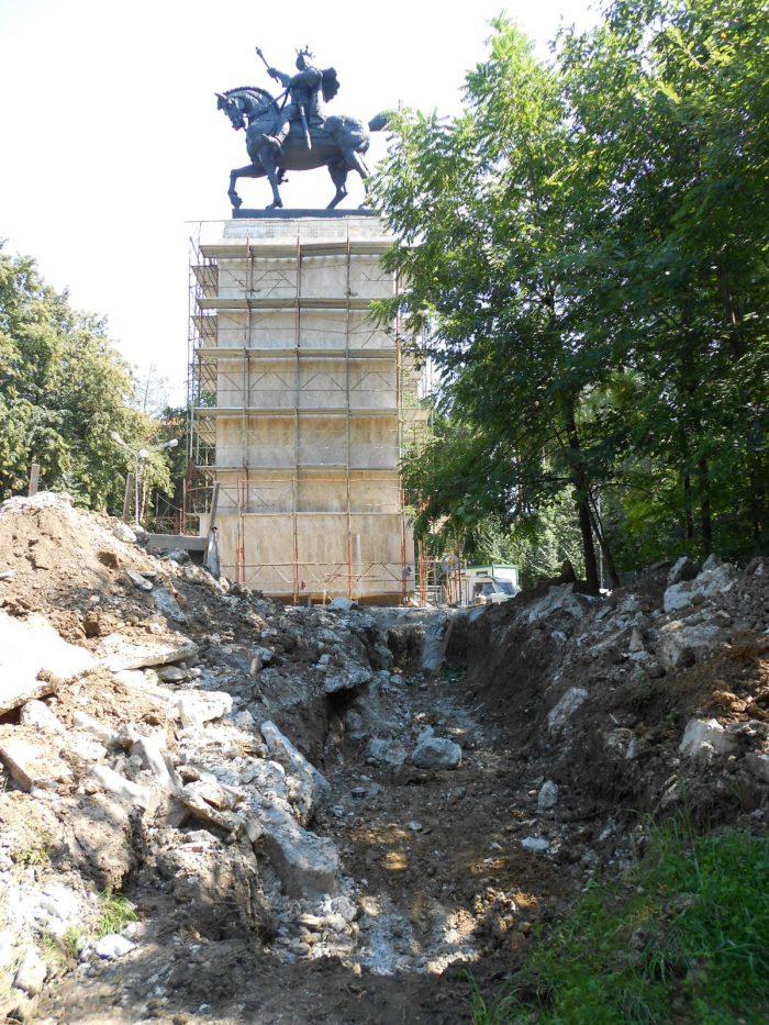 VIDEO / Soclul statuii lui Ștefan cel Mare din Suceava a fost placat cu travertin.A început configurarea piațetei din jur