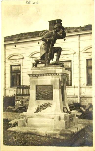 UN ORAȘ, DOUĂ SECOLE (129): Periplul statuii grănicerului din Fălticeni