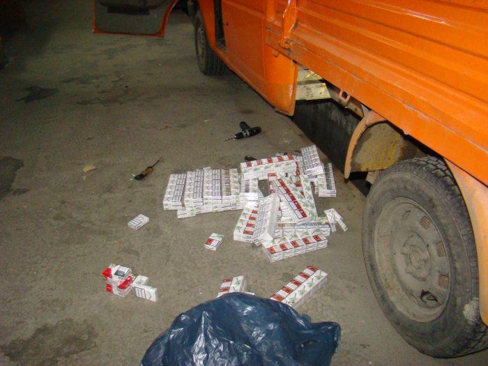 FOTO / Țigări ucrainene ascunse în podeaua și în bancheta a două microbuze