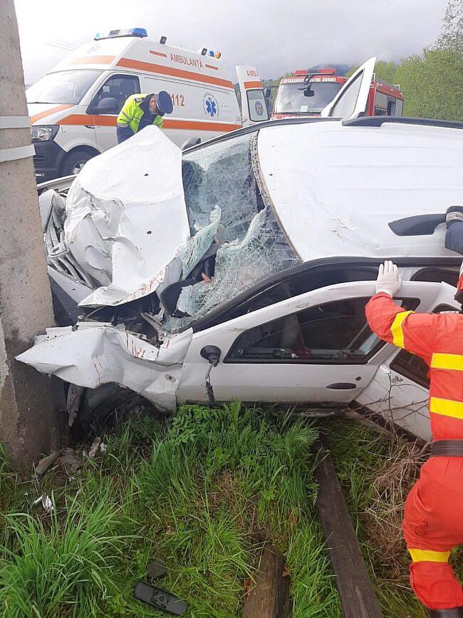 O persoană decedată și cinci rănite după ce un autoturism a lovit un stâlp, la Panaci