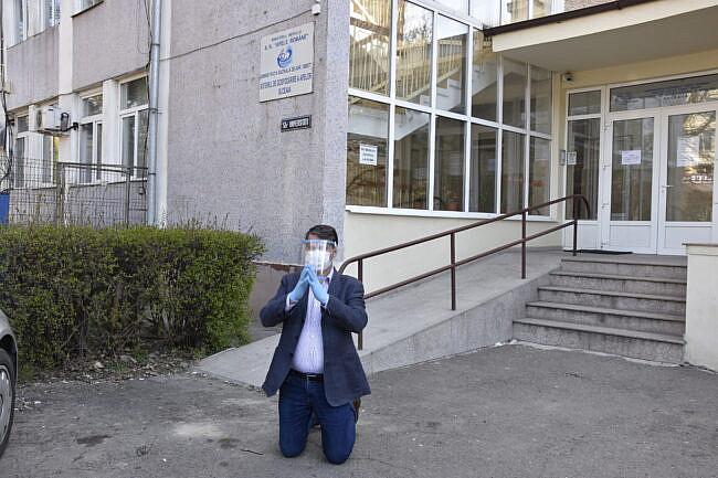 Șeful SGA Suceava a fost destituit după ce s-a pus în genunchi și s-a rugat în fața instituției