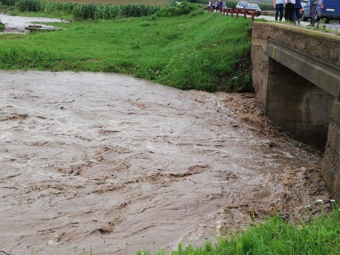 Efectele inundațiilor: drum acoperit de aluviuni la Broșteni, tren blocat la Câmpulung Moldovenesc