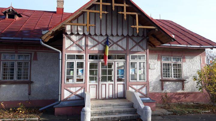 Scandalurile se țin lanț la Casa Sadoveanu din Fălticeni: acuzații de atac cu cuțitul, loviri, plângeri la poliție și interese politice între colege. Primarul Coman ridică din umeri și spune că nu se bagă în problemele lor