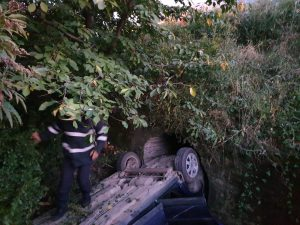 Trei răniți după ce un autoturism s-a răsturnat în șanț, la Berchișești