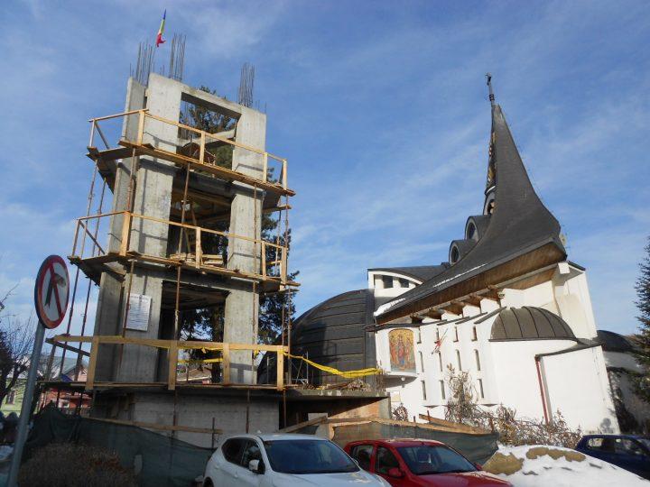 Clopotnița bisericii din spatele Palatului de Justiție Suceava, aproape cât un bloc