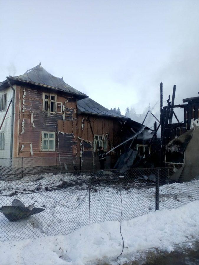 Pompierii au avut nevoie de zece ore pentru a lichida incendiul de la Moldovița