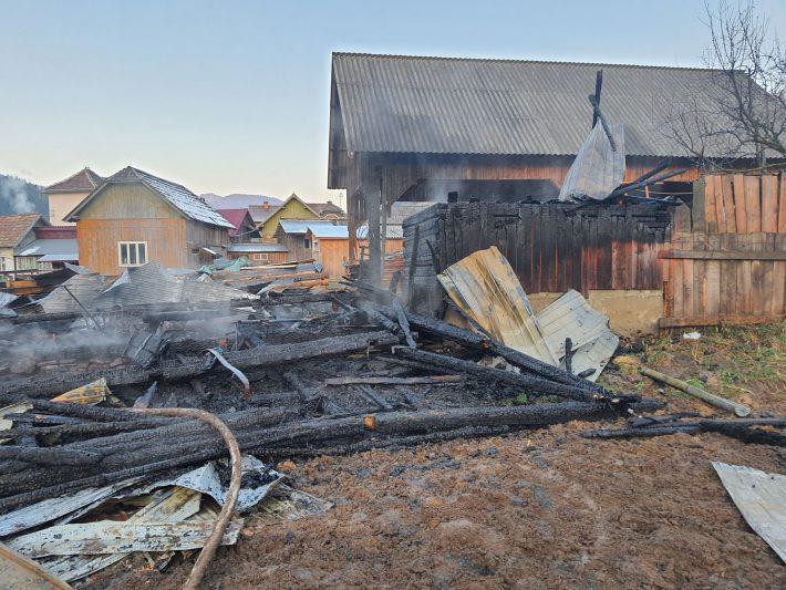 Două gospodării afectate de incendiu, în Frumosu