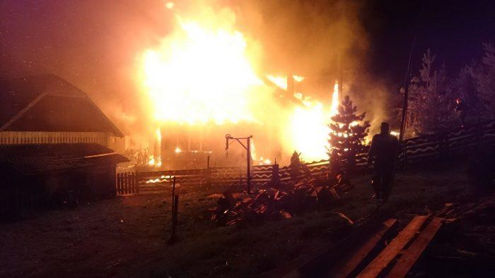 FOTO/ Casă din Pojorâta mistuită de flăcări din cauza coșului de fum neprotejat corespunzător