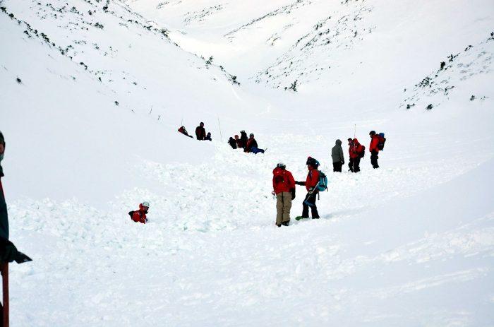 Salvamontiști din 5 județe îl caută pe colegul dispărut în avalanșa din masivul Călimani