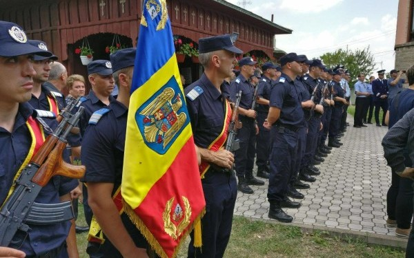 """Onoruri militare pentru polițistul sucevean înjunghiat. Ministrul Carmen Dan, la înmormântare: """"Trebuie să avem mijloace de intervenție și o legislație bine conturată"""""""