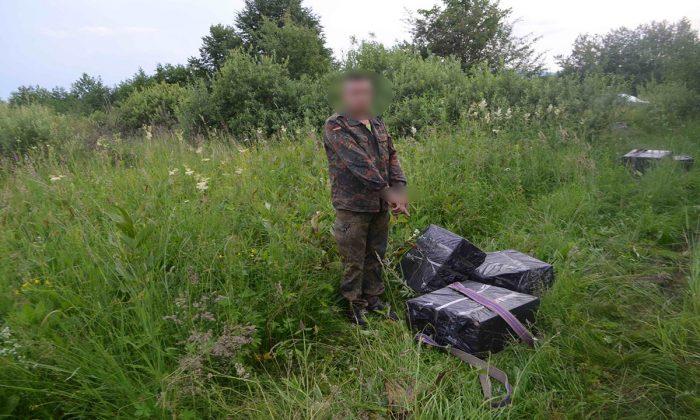FOTOContrabandist ucrainean de țigări încătușat după ce a lovit un polițist de frontieră