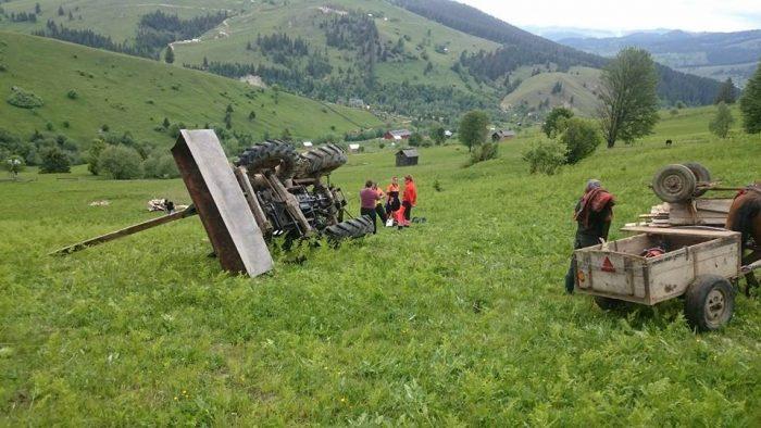 Bărbat din Vatra Moldoviței decedat după ce s-a răsturnat cu tractorul