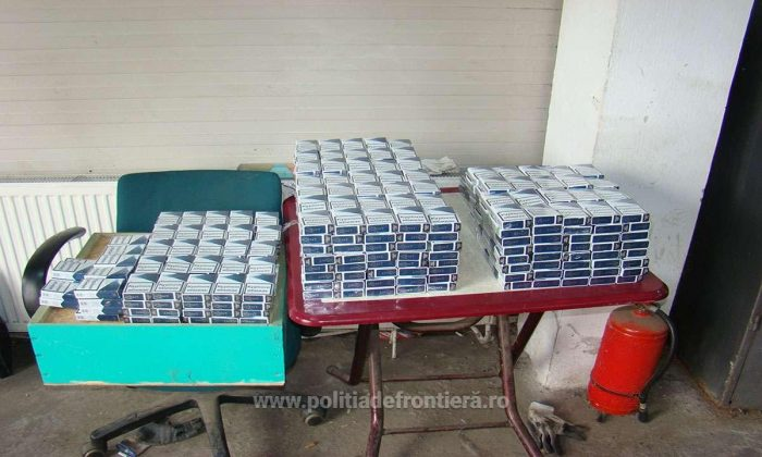Țigări de contrabandă abandonate descoperite de polițiștii de frontieră la Lupcina