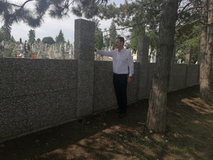 OCHIUL SOACREI:Proptit în gardul cimitirului