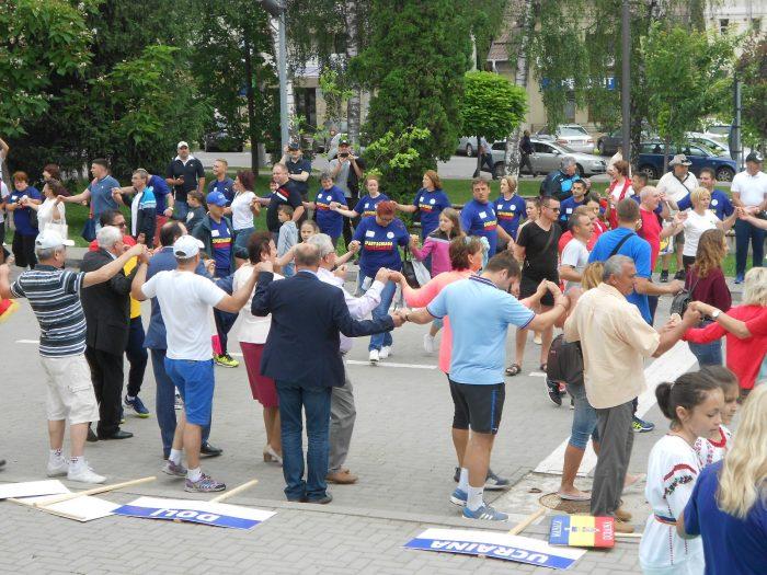 OCHIUL SOACREI: Hora Unirii printre pancarte