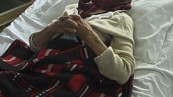 Bătrână accidentată de o autoutilitară care dădea cu spatele, într-o parcare din Suceava