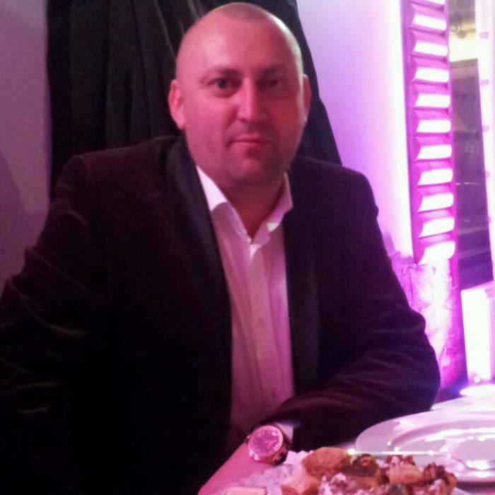 Fălticeneanul Cristi Iordache, condamnat pentru grup infracțional organizat și contrabandă cu țigări, dat în urmărire națională. El a cărat, în doar două luni, țigări în valoare de jumătate de milion de lei cu BMW-ul soției