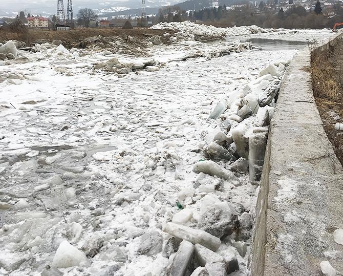 Pod de gheață de 25 centimetri pe tronsonul Cârlibaba – Dorna Arini